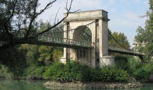 Le Pont de Fourques dans le Gard